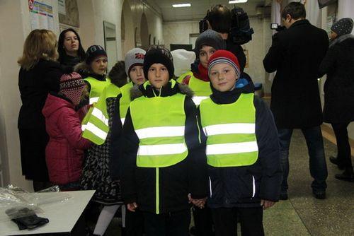 Белорусских школьников младших классов оденут в светоотражающие жилеты
