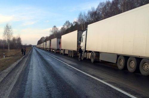 Блокированные в украине российские фуры выпустили в беларусь