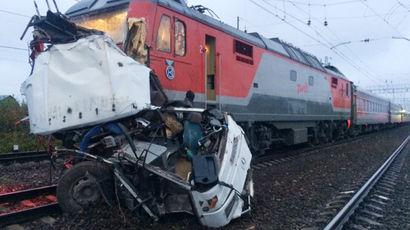 Дела возбуждены после столкновения поезда и автобуса под петербургом