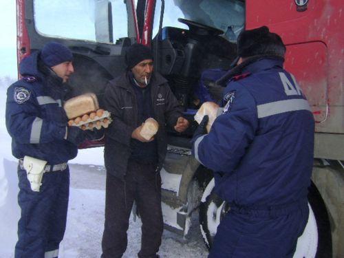 Гаи спасает турецких дальнобойщиков (и куда звонить, если вы застряли)