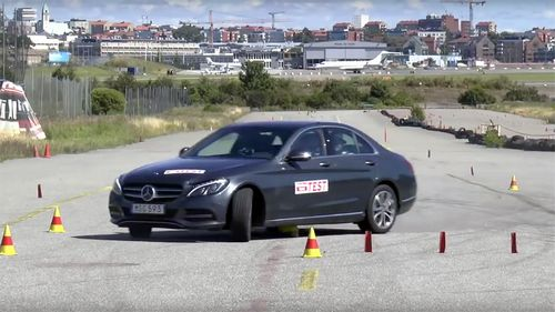 Гибридный mercedes-benz c-class провалил «лосиный тест» (видео)
