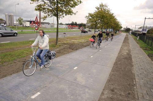 Голландцы встроили солнечные батареи в асфальт велодороги