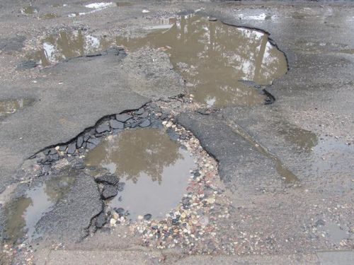 Из-за нестабильной погоды на улицах минска - критическое количество ям
