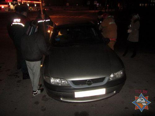 Мать вышла в магазин, оставив детей в машине: вскрывать автомобиль пришлось спасателям