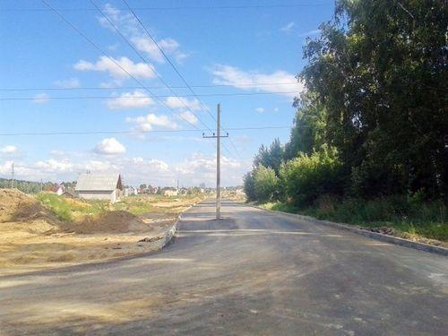 """Могилев: посреди проезжей части улицы стоит столб - его просто """"не успели перенести"""""""