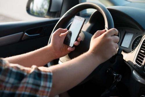 Мужчины делают селфи за рулём в два раза чаще женщин