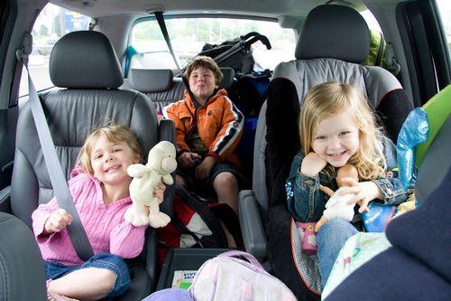Пение и ковыряние в носу – дети рассказали, как их раздражают родители за рулём