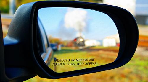 Почему объекты в боковом зеркале автомобиля выглядят ближе чем кажутся?