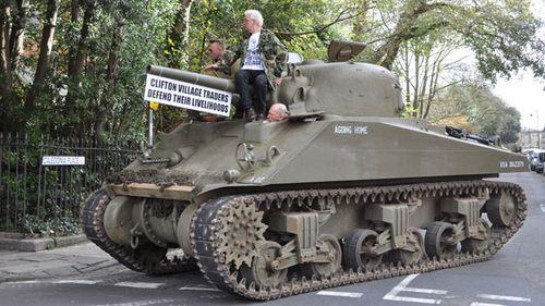 Протестуя против правил парковки, британцы вывели на улицы танк