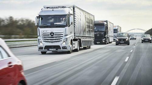 Самоуправляемые грузовики mercedes-benz проедут колонной по европе