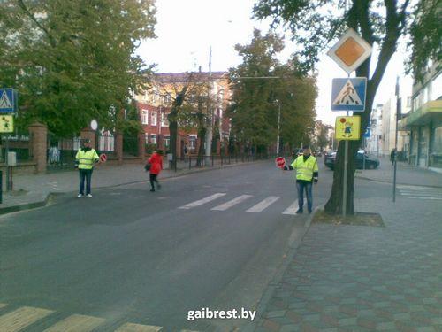 В бресте на пешеходные переходы поставили дружинников со знаком stop
