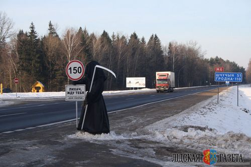 """В лидском районе на дороге появилась """"смерть с косой"""". партнер акции гаи - дом скорби"""
