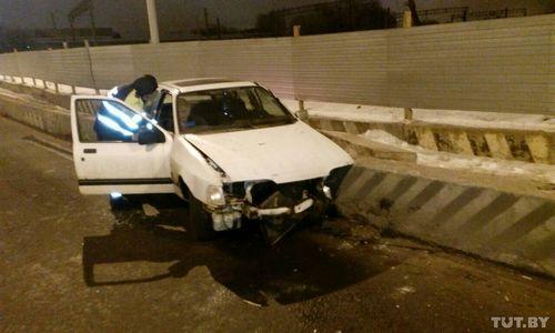 В минске пьяный водитель на ford, уходя от погони, врезался в бетонный блок
