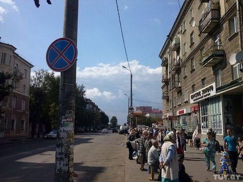 В могилеве запрещена парковка автомобилей вдоль дороги на подходе к центральному рынку