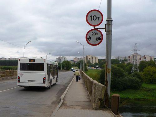 В орше обрушилась часть моста. люди продолжают по нему ходить, а транспорт - ездить