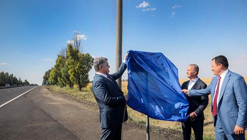 В соцсетях высмеяли порошенко, открывшего дорожный знак