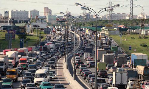 В столице резко увеличилось количество транспорта. в центре - пробки