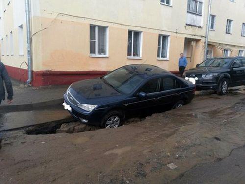 В жодино под колесами припаркованного ford провалилась дорога