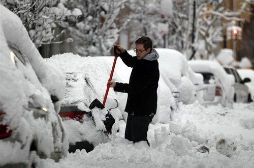 Все на уборку! мингорсовет снова обязал автомобилистов убирать снег у машин зимой, мусор — летом